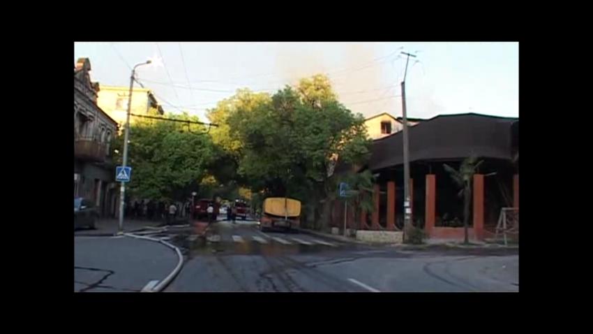 """Крупный пожар произошел в столице по улице Лакоба 8, в районе """"Красного моста""""."""